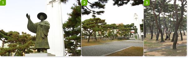 김대건 신부 동상과 성모탑 / 소나무 숲에 둘러싸인 김대건 신부 동상 권역 / 굵직한 소나무들이 성지의 숲